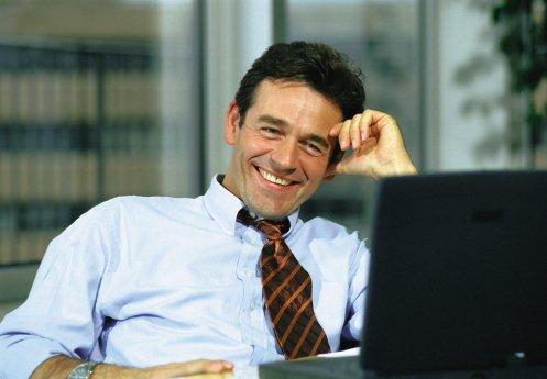 Se un experto online con Curso Integral de Marketing Online. Hombre Trabajando en Internet